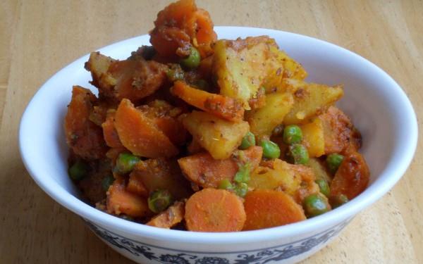 गाजर मटर की सूखी सब्ज़ी