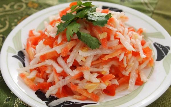 मूली, गाजर और टमाटर का सलाद